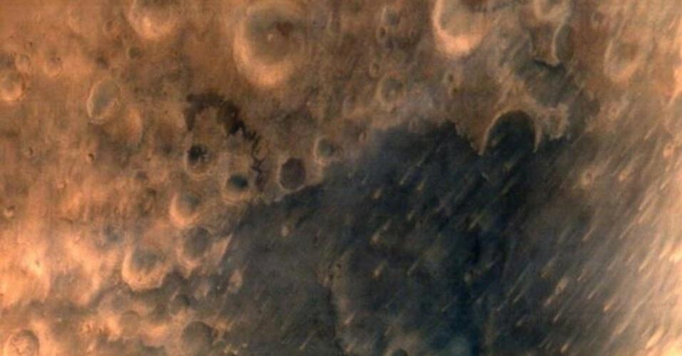 25.set.2014 - A sonda espacial indiana Mangalyaan, que ingressou na órbita de Marte, enviou suas primeiras imagens, na qual se observa a superfície do planeta vermelho repleta de crateras. Segundo a agência espacial indiana (ISRO), a imagem foi tirada de uma altura de 7.300 quilômetros e mostra crateras sobre uma superfície de cor alaranjada. A Índia foi o primeiro país asiático a alcançar Marte