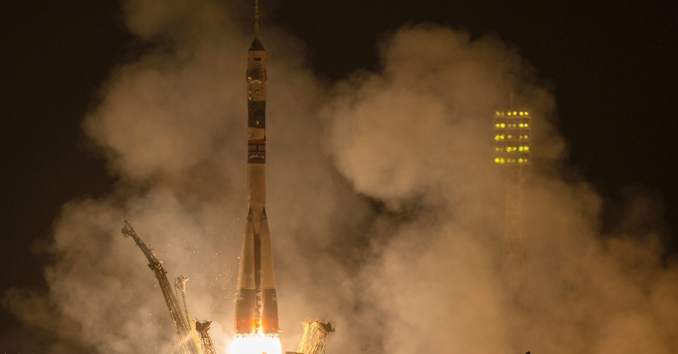 25.set.2014 - O foguete Soyuz TMA-14M é lançado com os integrantes da Missão 41: o comandante Alexander Samokutyaev, na Roscosmos (Agência Federal Espacial Russa); a engenheira de voo Elena Serova, também da Roscosmos; e o engenheiro de voo Barry Wilmore, da Nasa, nesta sexta-feira (16) - horário local - do cosmódromo de Baikonur, no Cazaquistão. Eles ficarão cinco meses e meio a bordo da ISS (Agência Espacial Internacional, sigla em inglês). Elena Serova é a quarta mulher russa a ir para o espaço e a primeira russa a viver e trabalhar na estação