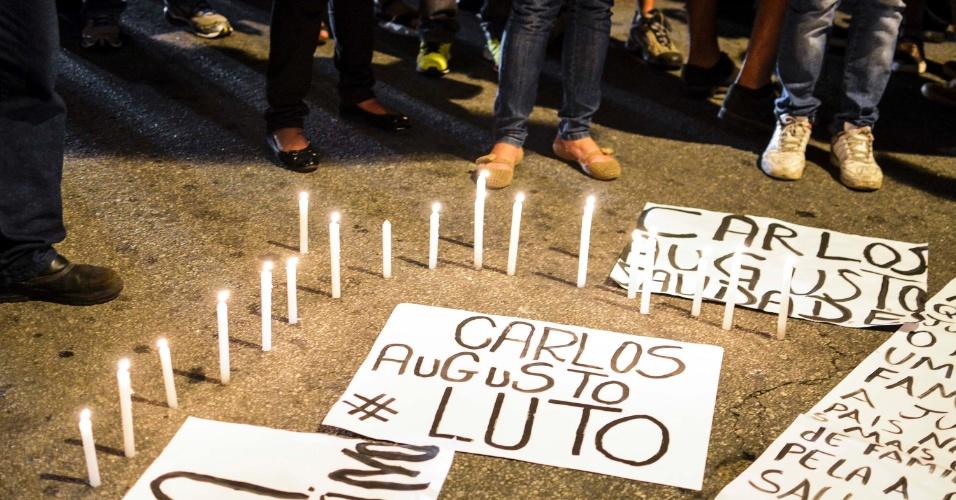 25.set.2014 - Manifestantes realizam protesto por ruas do bairro da Lapa, em São Paulo, em repúdio ao assassinato do camelô Carlos Augusto Muniz Braga, 30. A morte de Braga por policial durante ação da Operação Delegada completa uma semana nesta quinta-feira (25)
