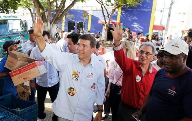 25.set.2014 - O candidato ao Senado mineiro pelo PMDB, Josué Alencar, fez campanha em Boa Esperança, no sul de Minas Gerais, nesta quinta-feira