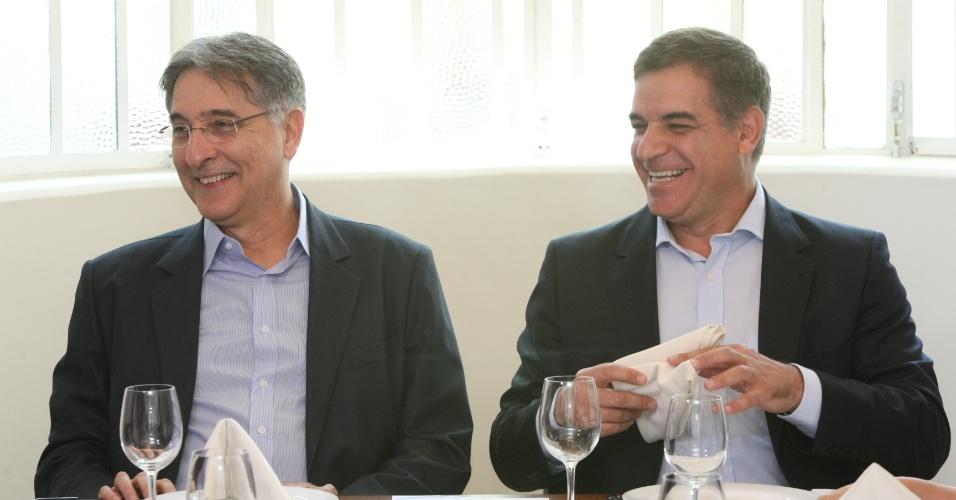 25.set.2014 - O candidato do PT ao governo de Minas Gerais, Fernando Pimentel (à esq.), participa de encontro com representantes do Sindilojas (Sindicato do Comércio Lojista de Belo Horizonte) nesta quinta-feira, em BH. De acordo com pesquisa Ibope divulgada na terça-feira (23), Pimentel lidera a corrida pelo governo, com 44% das intenções de voto. Pimenta da Veiga (PSDB) aparece em segundo lugar, com 25%