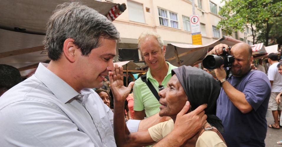 25.set.2014 - O candidato do PT ao governo do Rio de Janeiro, Lindberg Farias, faz campanha na feira da rua Ronald de Carvalho em Copacabana, zona sul do Rio, nesta quinta-feira. De acordo com pesquisa Ibope divulgada na terça-feira (23), o candidato do PT está em quarto lugar na disputa pelo governo do Estado, com 8% das intenções de voto. Luiz Fernando Pezão (PMDB) lidera a corrida, com 29%