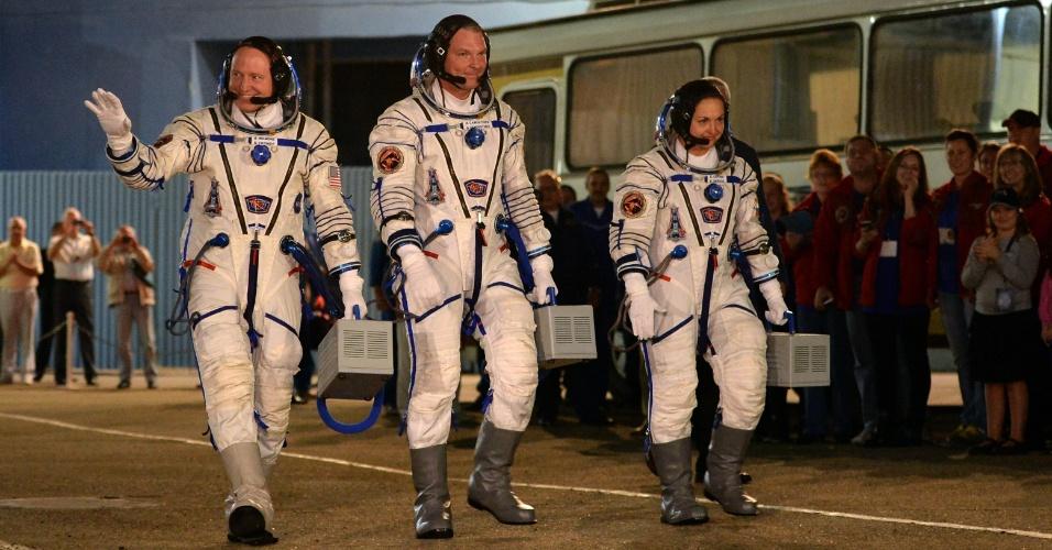 25.set.2014 - O comandante Alexander Samokutyaev, da Roscosmos (Agência Federal Espacial Russa); a engenheira de voo Elena Serova, também da Roscosmos; e o engenheiro de voo Barry Wilmore, da Nasa, caminham em direção ao foguete Soyuz TMA-14M, antes do seu lançamento do cosmódromo de Baikonur, no Cazaquistão, nesta sexta-feira (16) - horário local. Eles integram a Missão 41 da ISS (Agência Espacial Internacional, sigla em inglês), onde ficarão a bordo por cinco meses e meio. Elena Serova é a quarta mulher russa a ir para o espaço e a primeira russa a viver e trabalhar na estação