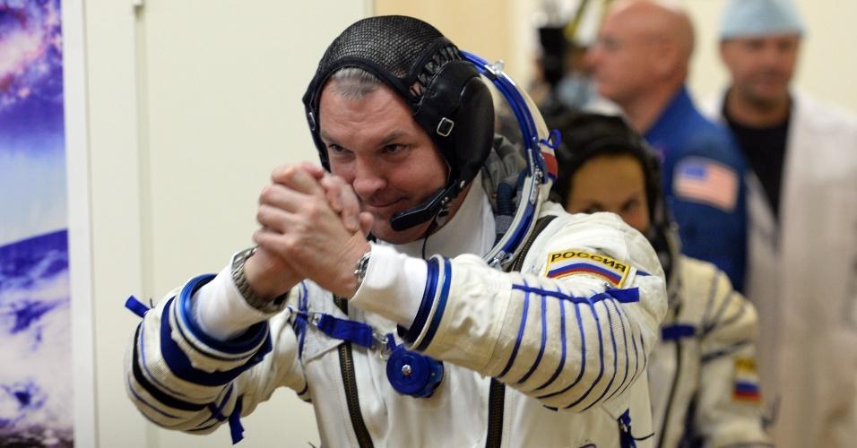 25.set.2014 - O cosmonauta russo Alexander Samokutyayev acena familiares antes do lançamento do foguete Soyuz TMA-14M, nesta sexta-feira (16) - horário local - no cosmódromo de Baikonur, no Cazaquistão. Ele ficará cinco meses e meio a bordo da ISS (Agência Espacial Internacional, sigla em inglês)