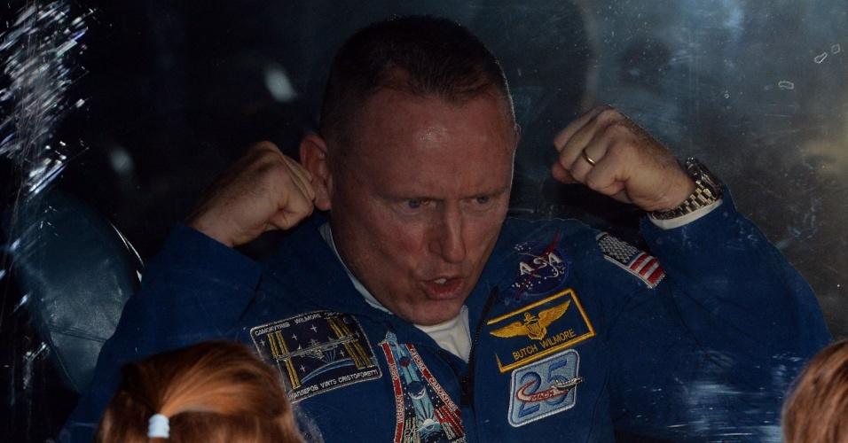 25.set.2014 - O engenheiro de voo Barry Wilmore, da Nasa, gesticula para crianças de dentro de ônibus antes do lançamento do foguete Soyuz TMA-14M, nesta sexta-feira (16) - horário local - no cosmódromo de Baikonur, no Cazaquistão. Ele ficará cinco meses e meio a bordo da ISS (Agência Espacial Internacional, sigla em inglês)