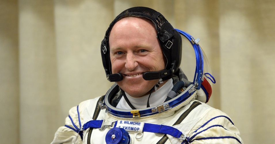25.set.2014 - O engenheiro de voo norte-americano Barry Wilmore, da Nasa, sorri para familiares antes do lançamento do foguete Soyuz TMA-14M, nesta sexta-feira (16) - horário local - no cosmódromo de Baikonur, no Cazaquistão. Ele ficará cinco meses e meio a bordo da ISS (Agência Espacial Internacional, sigla em inglês)