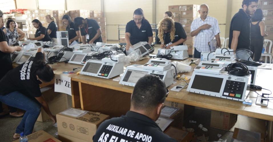 25.set.2014 - O Tribunal Regional Eleitoral do Distrito Federal (TRE-DF) lacra, até dia 1º de outubro, as urnas eletrônicas que serão usadas durante as eleições do dia 5. As primeiras urnas começaram a ser lacradas e carregadas na quarta-feira (24)