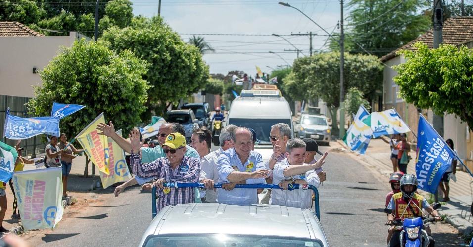 25.set.2014 - Os candidatos do PSDB ao governo de Minas Gerais, Pimenta da Veiga (centro), e ao Senado do mesmo Estado, Antônio Anastasia (à dir.), participaram de carreata em Pirapora nesta quinta-feira
