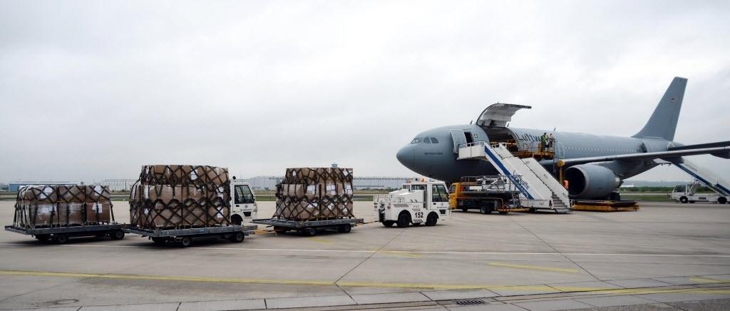 25.set.2014 - Um avião da força aérea alemã é abastecido com material médico nesta quinta-feira (25) no aeroporto militar de Cologne Bonn, no oeste do país. A carga será levada para África Ocidental para ajudar na luta contra a epidemia do ebola. O avião pousará na capital senegalesa de Dakar