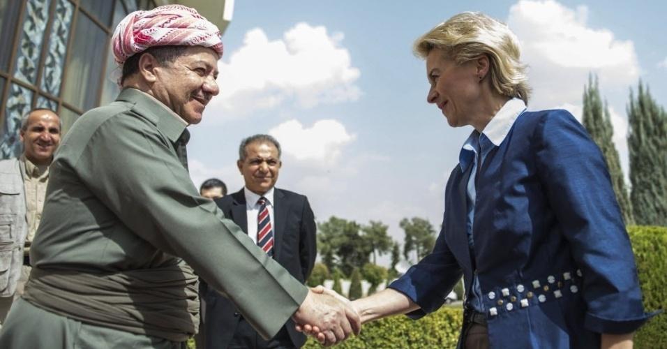 25.set.2014 - A ministra da Defesa alemã, Ursula Von Der Leyen (à dir.) cumprimenta o presidente do Curdistão iraquiano, Massoud Barzani (à esq.), antes da reunião em Erbil, no Iraque, para discutir a ajuda alemça na luta contra os jihadistas do grupo Estado Islâmico (EI)