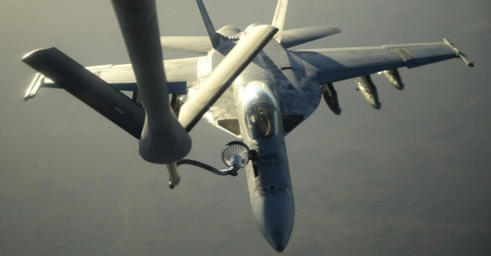 25.set.2014 - Imagem fornecida pelo Departamento de Defesa dos Estados Unidos mostra um avião da marinha sendo reabastecido antes de voar ao norte do Iraque na última terça-feira (23). A imagem foi divulgada nesta quinta-feira (25). A aeronave faz parte da missão que visa atacar alvos do Estado Islâmico (EI) na Síria. O presidente dos Estados Unidos, Barack Obama, disse nesta quarta-feira (24), na Assembleia Geral da ONU, que é