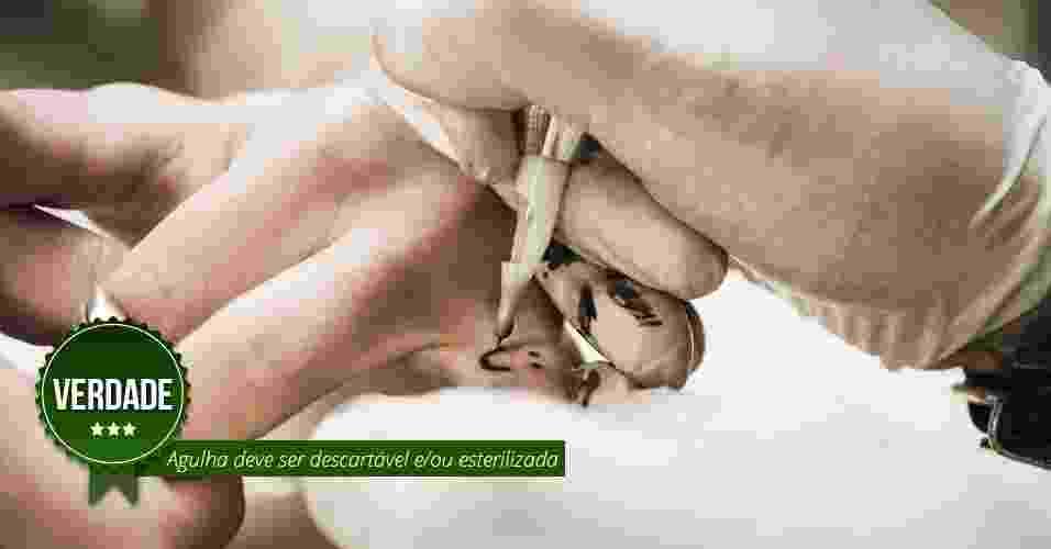 Agulha deve ser descartável e/ou esterilizada. VERDADE: O ideal é que a agulha seja descartável para evitar risco de infecções pelo contato com resquícios de sangue, o que pode acontecer mesmo se for esterilizada. Qualquer outro material que tiver contato com sangue deve ser esterilizado e a pele limpa com soro fisiológico - Thinkstock/Arte UOL