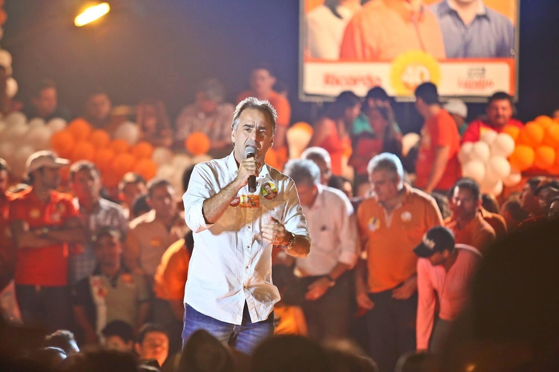 29.set.2014 - Candidato do PT a senador pela Paraíba, Lucélio Cartaxo discursa durante campanha na região metropolitana de João Pessoa