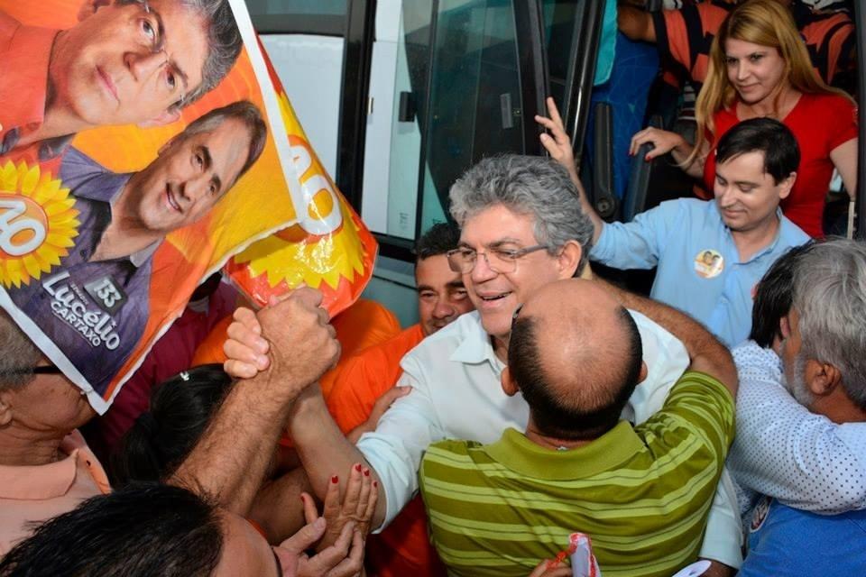 1.out.2014 - Ricardo Coutinho (PSB), candidato à reeleição ao governo da Paraíba, é abraçado por apoiadores durante caminhada em Santa Rita