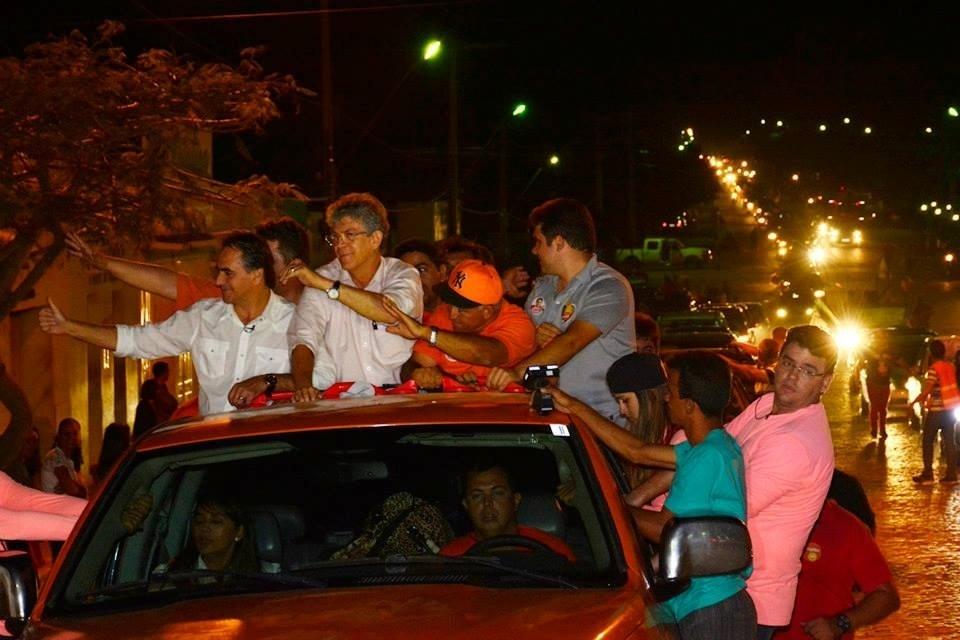 24.set.2014 - Ricardo Coutinho, candidato à reeleição ao governo da Paraíba, faz carreata pelos municípios de Teixeira, Matureia, Imaculada, Juru, Tavares e encerrou o dia com comício na cidade de Princesa Isabel