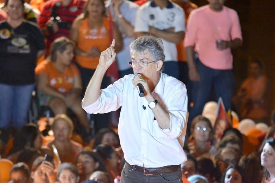 1.out.2014 - Ricardo Coutinho (PSB), candidato à reeleição ao governo da Paraíba, discursa durante comício, em dia de caminhada em Santa Rita