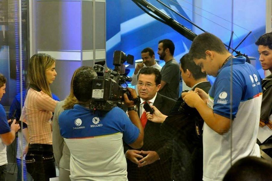8.ago.2014 - Candidato do PMDB ao governo da Paraíba, o senador Vital do Rêgoconversa com jornalistas após debate na RCTV
