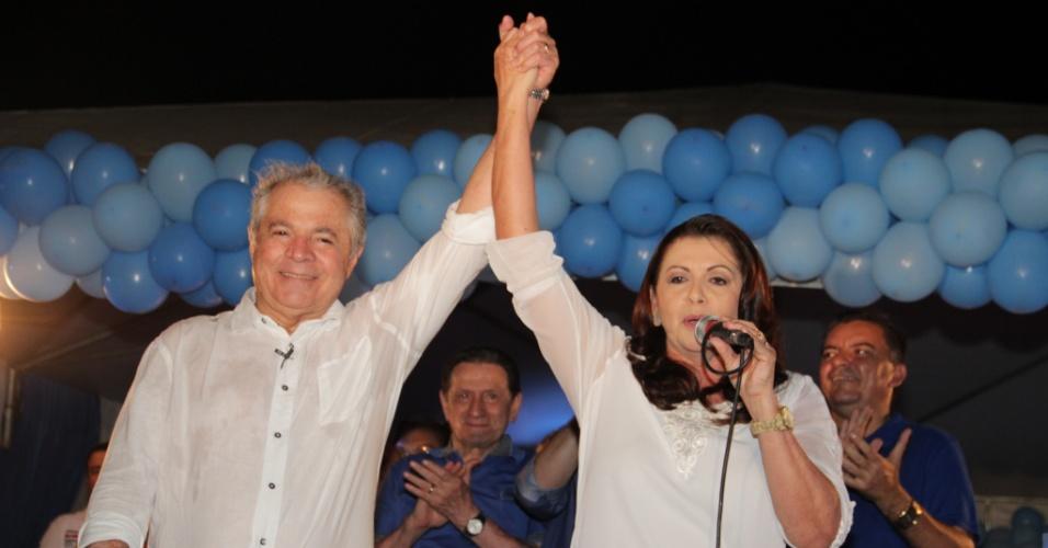 23.set.2014 - A candidata ao governo de Roraima Suely Campos (PP), aparece ao lado do marido, Neudo Campos, em comício. Ele renunciou à candidatura e indicou Suely à vaga