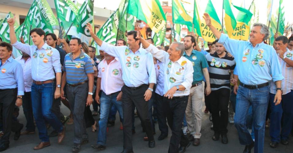 25.set.2014 - O candidato do PMDB ao governo de Goiás, Íris Rezende, faz caminhada em Aparecida de Goiânia. O candidato do DEM ao Senado, Ronaldo Caiado (último à direita) também participou