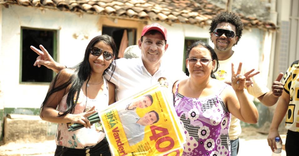 25.set.2014 - O candidato do PSB ao governo de Goiás, Vanderlan Cardoso, faz campanha na cidade de Iaciara