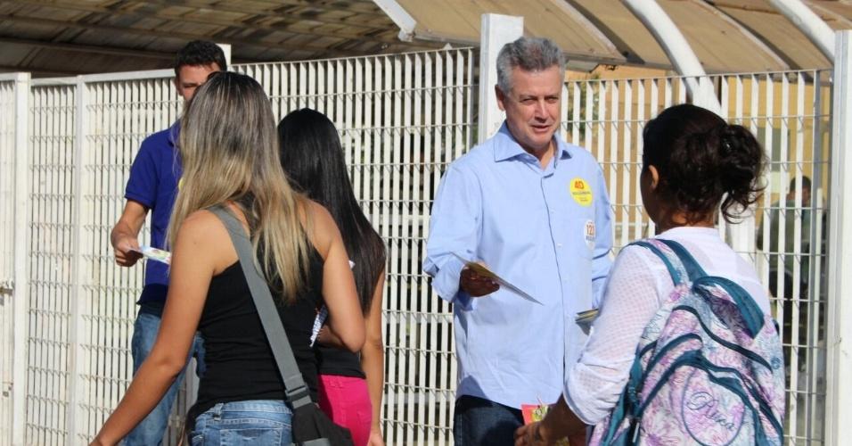25.set.2014 - O candidato do PSB ao governo do Distrito Federal, Rodrigo Rollemberg, faz panfletagem em frente a uma universidade em Brasília