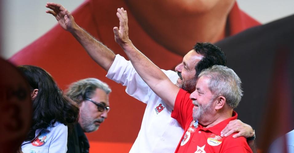 25.set.2014 - O governador do Distrito Federal, Agnelo Queiroz (PT) recebeu o ex-presidente Luiz Inácio Lula da Silva em comício em Ceilândia