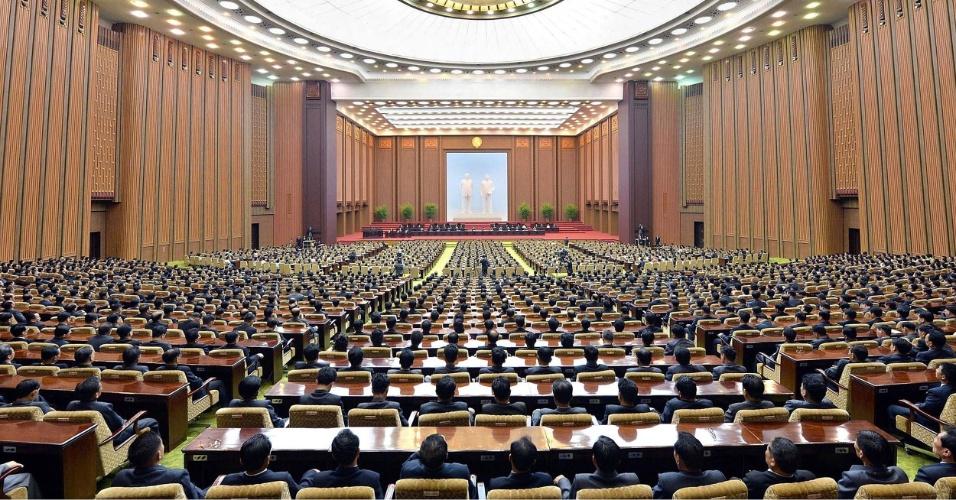 25.set.2014 - Parlamentares da Coreia do Norte se reúnem para a segunda audiência do ano da 13ª Assembleia Suprema Popular, no Salão Mansudae, em Pyongyang. O líder norte-coreano, Kim Jong-un, não compareceu. A televisão estatal da Coreia do Norte informou que Kim, que não é visto em público desde 3 de setembro, sofre algum tipo de problema físico, sem especificar qual