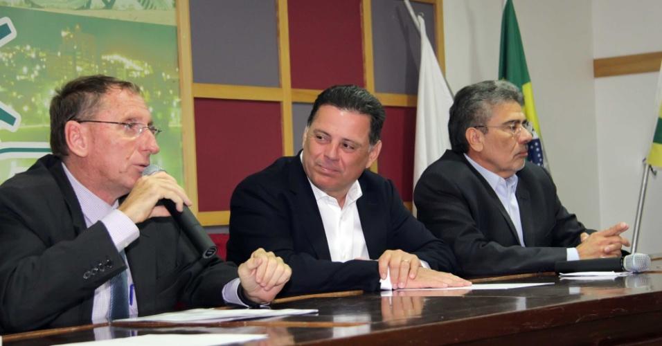 25.set.2015 - O governador de Goiás, Marconi Perillo (centro), esteve em Anápolis para reunião com empresários na Associação Comercial e Industrial da cidade. Ele é candidato à reeleição pelo PSDB