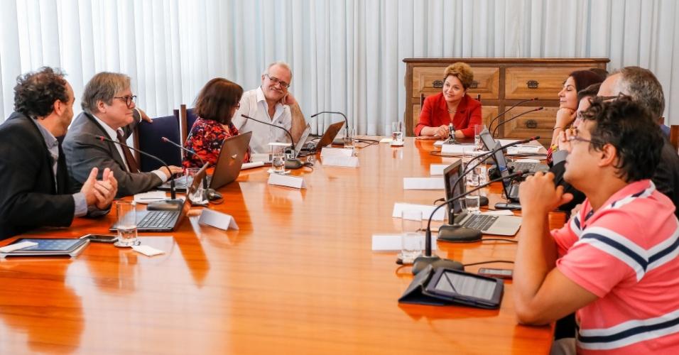 26.set.2014 - A presidente Dilma Rouseff, candidata à reeleição pelo PT, conversa com blogueiros nesta sexta-feira (26), em Brasília
