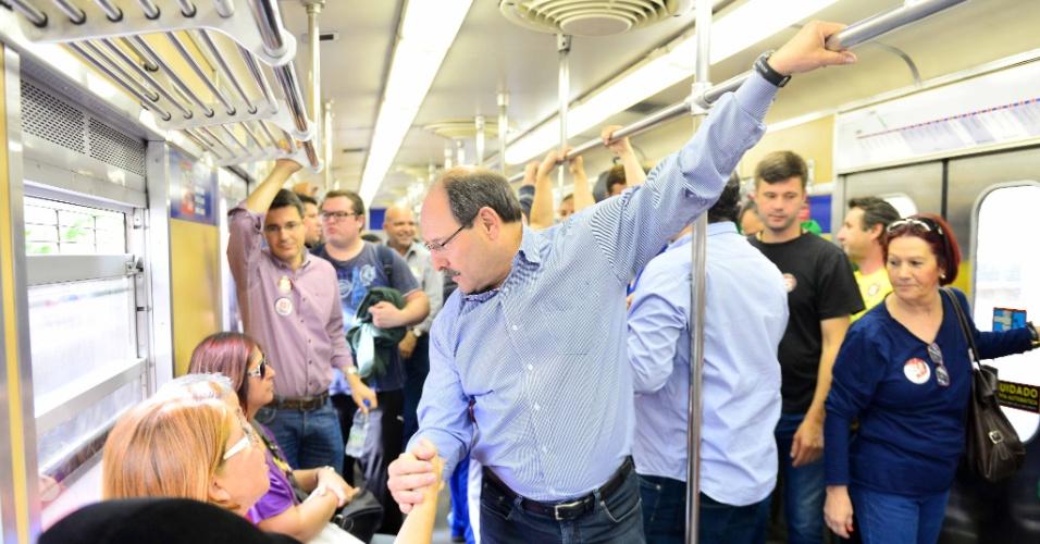 26.set.2014 - O candidato ao governo do Rio Grande do Sul pelo PMDB, Ivo Sartori, viaja de trem no percurso que vai da capital gaúcha até Novo Hamburgo, nesta sexta-feira