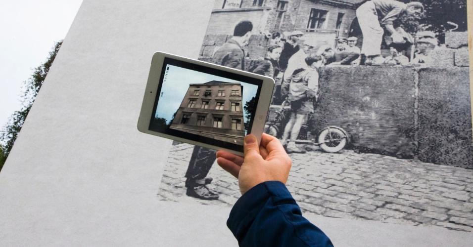 """26.set.2014 - O desenvolvedor alemão Rovin Von Hardenberg criou um aplicativo de realidade aumentada que reconstitui o muro de Berlim. Chamado Timetraveler, o software, após instalado em um smartphone ou tablet, exibe informações históricas e imagens da época. O usuário só precisa apontar o dispositivo para o ponto turístico para ter acesso a fotos da época. A cidade de Berlim comemora neste ano o 25º aniversário da queda do muro, que dividia a cidade em duas. O aplicativo """"timetraveler berlin wall"""" está disponível gratuitamente para iOS e Android"""