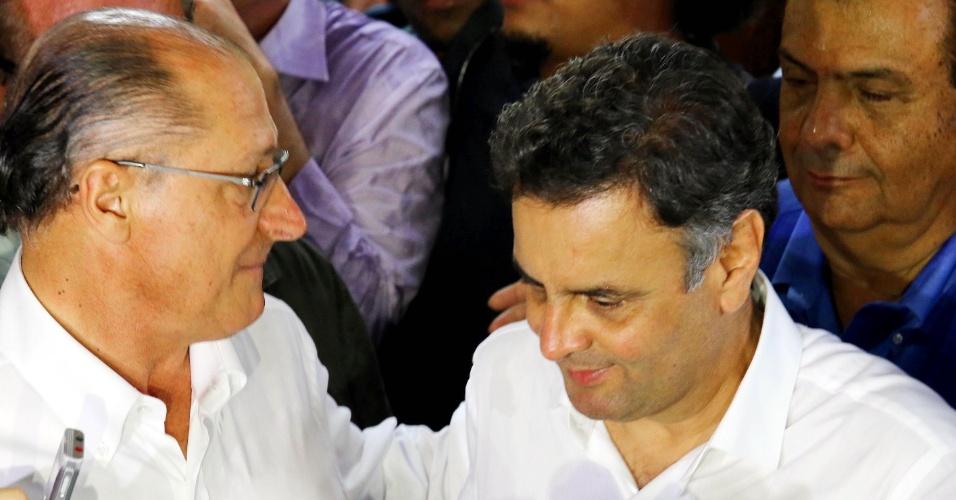 26.set.2014 - O governador de São Paulo, Geraldo Alckmin, candidato do PSDB à reeleição, participou de atividades de campanha junto com o candidato à Presidência da República, Aécio Neves (PSDB), em Taboão da Serra, na Grande São Paulo, nesta sexta-feira (26)