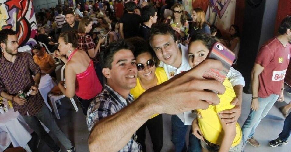 7.set.2014 - Camilo Santana, candidato do PT ao governo do Ceará, tira selfie com eleitores durante lançamento de comitê da campanha em Fortaleza
