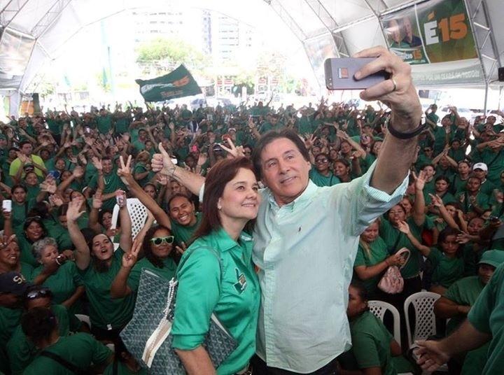 7.set.2014 - Eunício Oliveira (PMDB), candidato ao governo do Ceará, faz selfie com a mulher, Mônica, e militantes de seu comitê central, no Dia da Independência, em Fortaleza