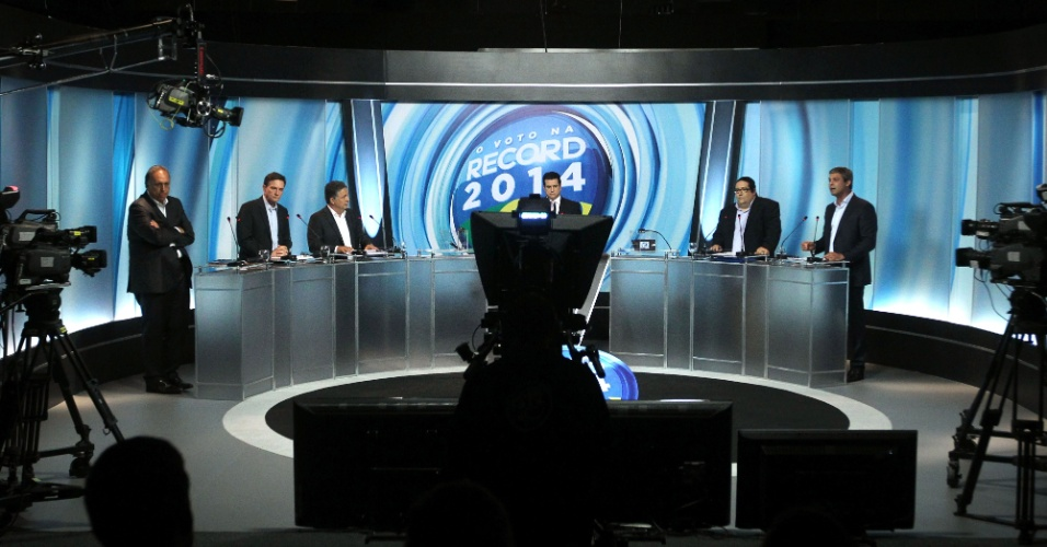 26.set.2014 - Os candidatos ao governo do Rio de Janeiro, Luiz Fernando Pezão (PMDB), Marcelo Crivella (PRB), Anthony Garotinho (PR), Tarcísio Motta (PSOL) e Lindberg Farias (PT) participaram de um debate promovido pela Rede Record, em Benfica, na zona norte da cidade, na noite desta sexta-feira (26)