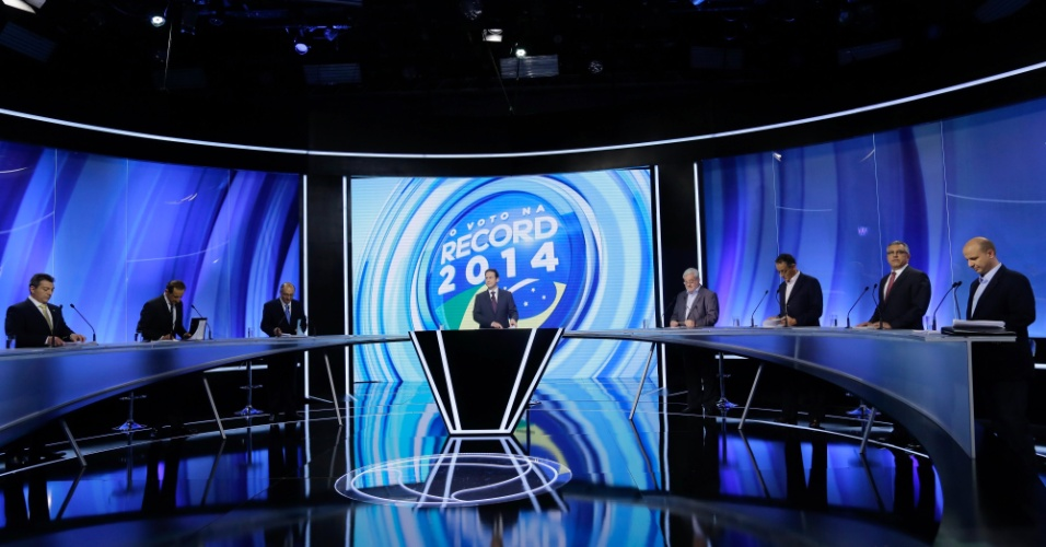26.set.2014 - Os candidatos Walter Ciglioni (PRTB), Paulo Skaf (PMDB), Geraldo Alckmin (PSDB), Gilberto Natalini (PV), Gilberto Maringoni (PSOL), Alexandre Padilha (PT) e Laércio Benko (PHS) (e/d) são vistos momentos antes do início debate de candidatos a governador de São Paulo realizado pela Rede Record de Televisão, nos estúdios da emissora, bairro da Barra Funda