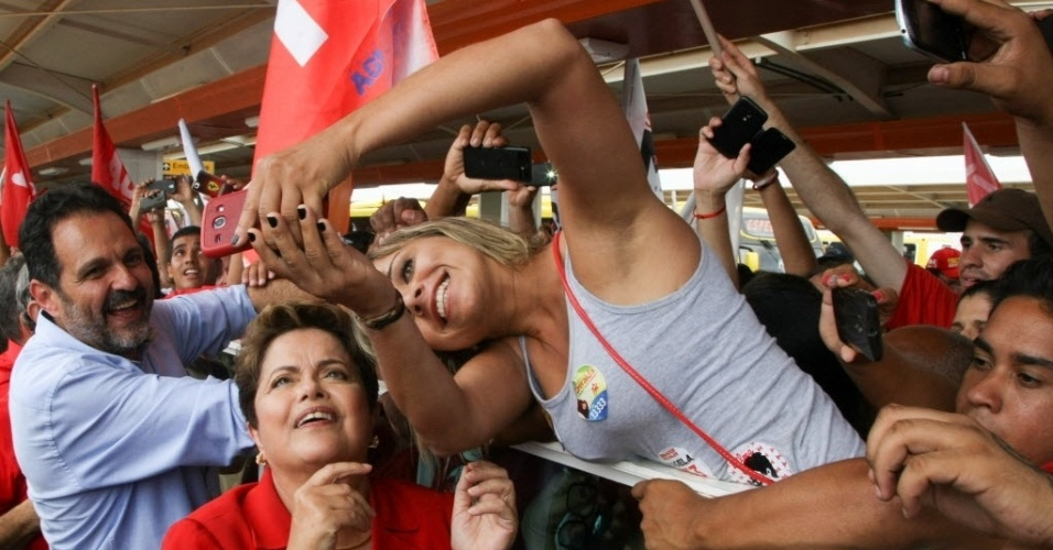 """27.set.2014  - A presidente Dilma Rousseff, candidata á reeleição pelo PT, faz """"sefies"""" com eleitores durante visita á estação do VLP (Veículo Leve sobre Pneus), do Gama (DF)"""
