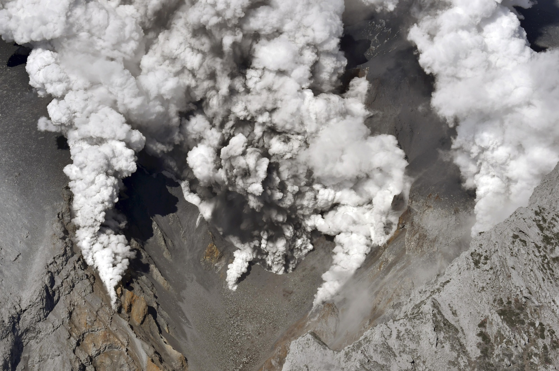 27.set.2014 - Monte Ontake, o segundo maior vulcão do Japão, entra em erupção. O departamento de bombeiros de Nagóia recebeu os avisos de oito pessoas que ficaram feridas por causa da erupção enquanto passeavam perto da montanha