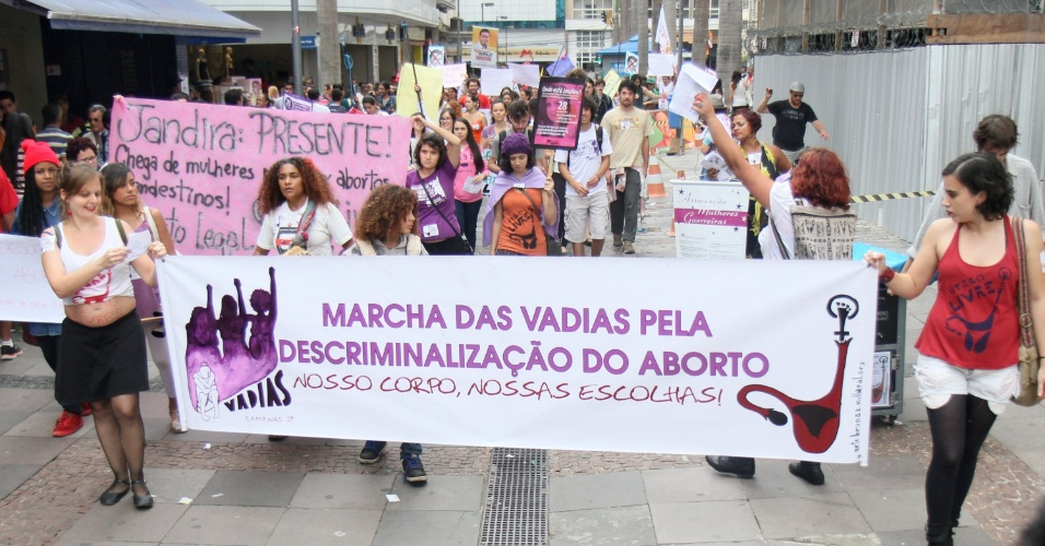 27.set.2014 - Mulheres promovem Marcha das Vadias pela Descriminalização do Aborto no calçadão da 13 de Maio, no centro de Campinas, interior de São Paulo, neste sábado(27)