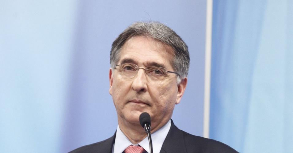 27.set.2014 -  O candidato PT ao governo de Minas Gerais, Fernando Pimentel, participou de debate promovido pela Rede Record em Belo Horizonte (MG), na noite desta sexta