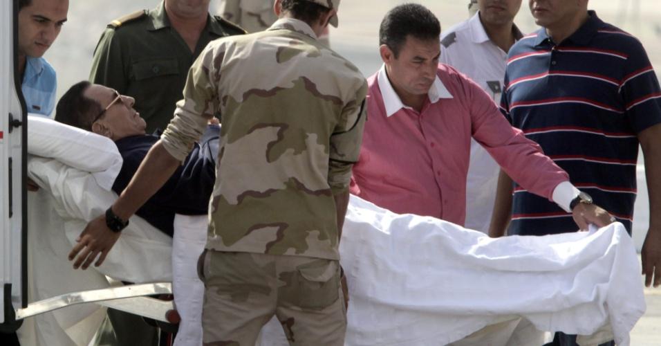 27.set.2014 - O ex-presidente egípcio Hosni Mubarak é transportado para ambulância em direção a seu julgamento, no Cairo, Egito. O tribunal divulgará neste sábado seu veredicto no julgamento no qual Mubarak é acusado de