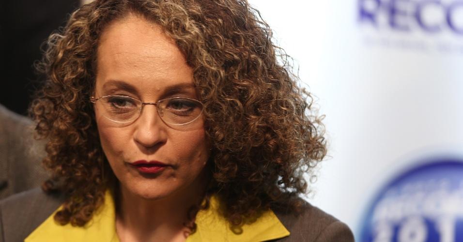 28.set.2014 - A candidata à Presidência Luciana Genro (PSOL) chega aos estúdios da TV Record, em São Paulo, para participar de debate eleitoral na noite deste domingo