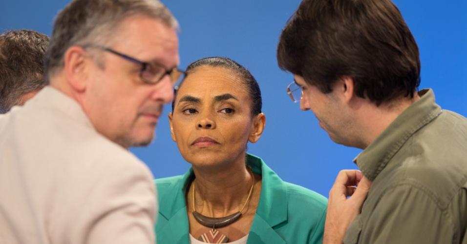28.set.2014 - A candidata à Presidência Marina Silva (PSB) escuta orientações de marqueteiros de sua campanha, durante debate promovido pela TV Record, neste domingo