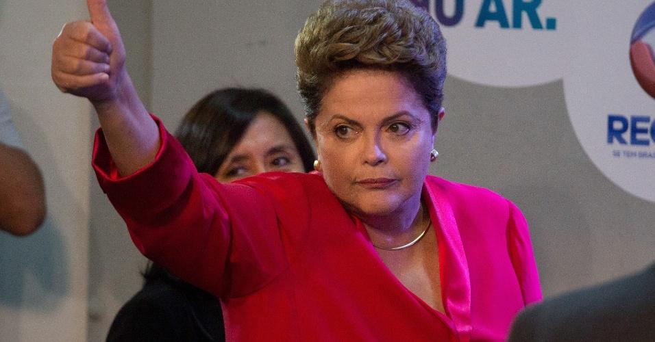 28.set.2014 - A candidata à reeleição, a presidente Dilma Rousseff (PT), chega aos estúdios da TV Record, em São Paulo, para participar de debate eleitoral na noite deste domingo