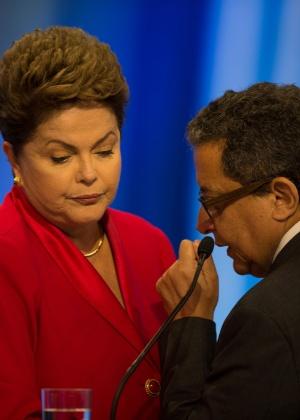 A então candidata à reeleição, presidente Dilma Rousseff (PT), escuta orientações do marqueteiro João Santana durante debate em 2014