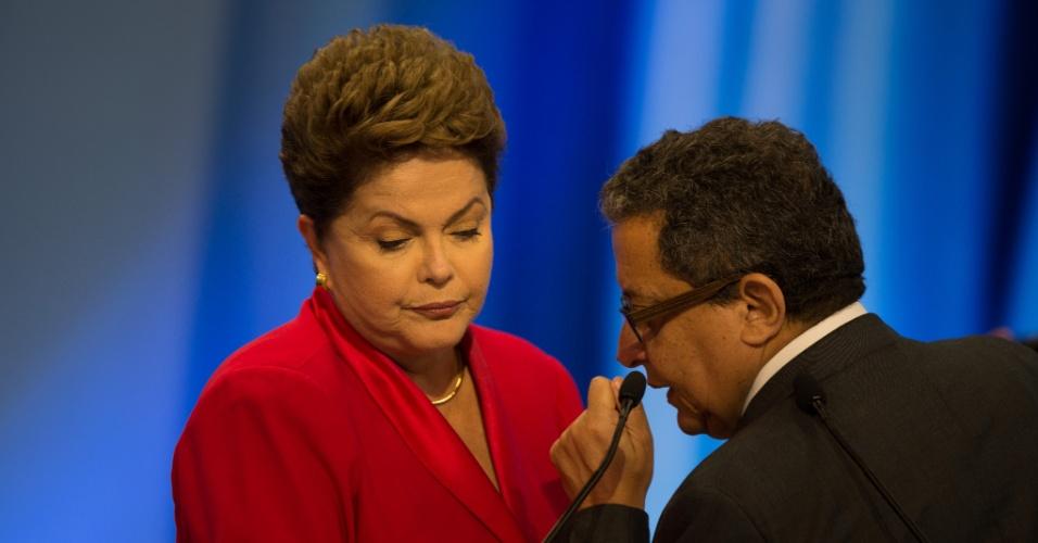 28.set.2014 - A candidata à reeleição, presidente Dilma Rousseff (PT), escuta orientações do marqueteiro João Santana durante debate promovido pela TV Record, neste domingo
