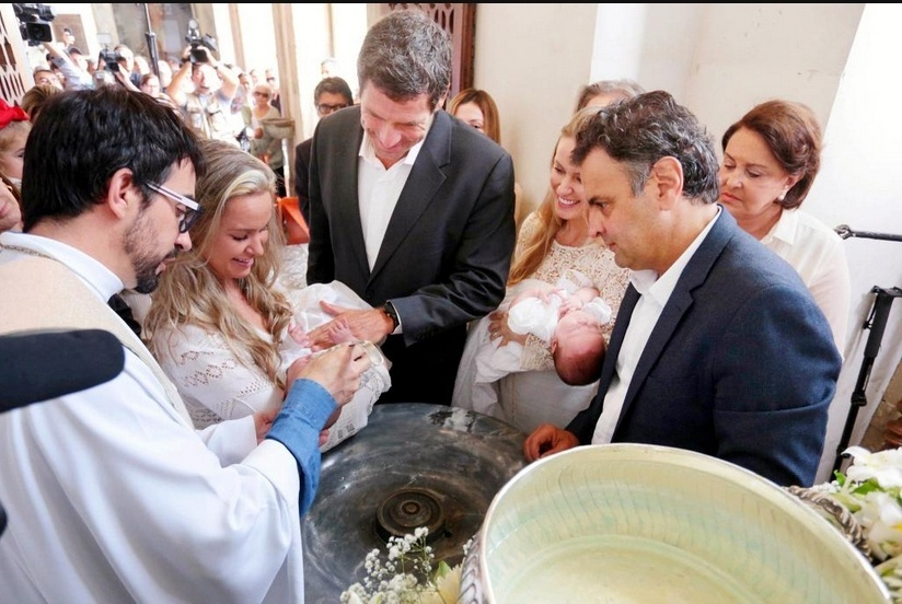 28.set.2014 - Aécio Neves  batiza os filhos gêmeos Júlia e Bernardo em São João del Rei (MG)