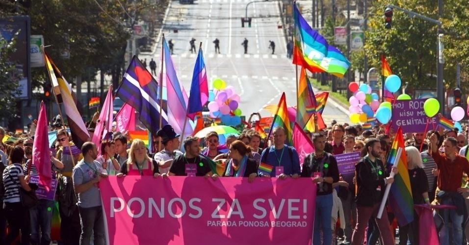 28.set.2014 - Ativistas dos direitos gays fazem passeata no centro de Belgrado, Sérvia. Autoridades disponibilizaram um reforço policial para o evento hiato devido a preocupações com ataques homofóbicos