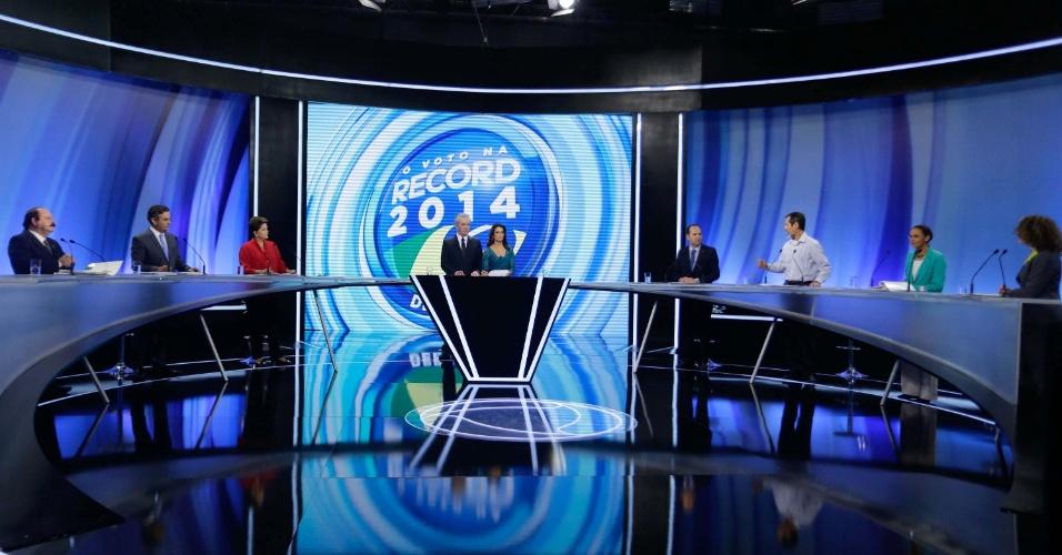 28.set.2014 - Candidatos à Presidência participam de debate promovido pela TV Record, neste domingo. Da esquerda para direita, participam os candidatos Levy Fidelix (PRTB), Aécio Neves (PSDB), Dilma Rousseff (PT), Pastor Everaldo (PSC), Eduardo Jorge (PV), Marina Silva (PSB), e Luciana Genro (PSOL)