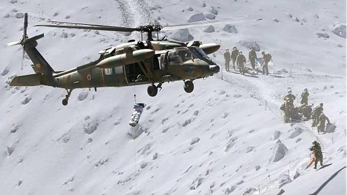28.set.2014 - Equipes de resgate transportam os corpos dos 30 montanhistas inconscientes encontrados no Monte Ontake. O vulcão entrou em eurpção neste sábado (27), e segundo as autoridades, cerca de 250 montanhistas estavam na área